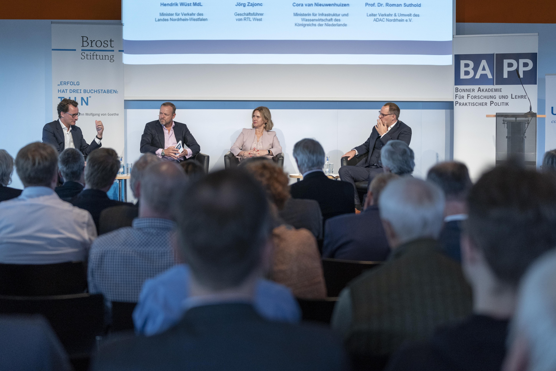 Engagierte Debatte: Jörg Zajonc (RTL West, zweiter von links) moderierte den Austausch zwischen Henrik Wüst, Cora van Nieuwenhuizen und Prof. Dr. Roman Suthold